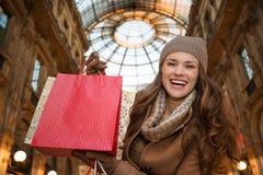 Mulher em uns sacos de compras mostrando de Vittorio Emanuele II da galeria Fotografia de Stock