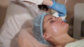 Mulher em uns termas que obtêm a máscara facial Salão de beleza de beleza Rejuvenescer a cosmetologia video estoque