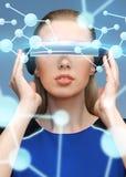 Mulher em vidros da realidade virtual 3d com moléculas Imagens de Stock Royalty Free