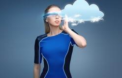 Mulher em vidros da realidade virtual 3d com nuvem Foto de Stock Royalty Free