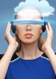Mulher em vidros da realidade virtual 3d com nuvem Imagens de Stock Royalty Free