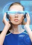 Mulher em vidros da realidade virtual 3d com telas Foto de Stock Royalty Free