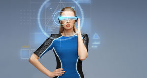 Mulher em vidros da realidade virtual 3d com telas Imagens de Stock