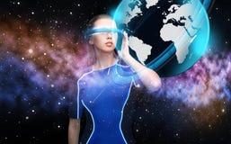 Mulher em vidros da realidade virtual 3d com terra Imagens de Stock Royalty Free