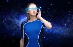Mulher em vidros da realidade virtual 3d sobre o preto Imagens de Stock Royalty Free