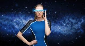 Mulher em vidros da realidade virtual 3d sobre o preto Fotografia de Stock
