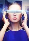 Mulher em vidros da realidade virtual sobre a cidade do espaço Imagens de Stock Royalty Free