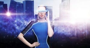 Mulher em vidros da realidade virtual sobre a cidade do espaço Fotos de Stock