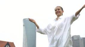 Mulher emocional bem sucedida feliz que comemora o negócio, negócio video estoque