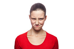 Mulher emocional com t-shirt e as sardas vermelhos Fotos de Stock