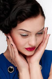 Mulher emocional do encanto com bordos vermelhos. Moda Imagens de Stock