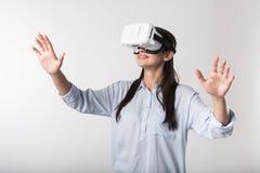 Mulher emocional feliz que usa vidros da realidade virtual Fotografia de Stock Royalty Free