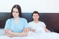 A mulher emocionalmente ferido estiver irritada quando homem no esforço do fundo fotos de stock royalty free