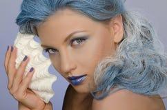 Mulher encantador com cabelo e as conchas do mar azuis Foto de Stock Royalty Free