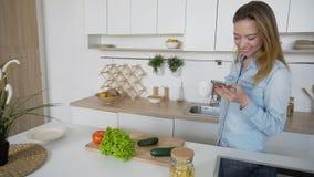 A mulher encantador cozinha o telefone nas mãos e compõe a composição de imagens de stock