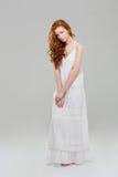 Mulher encantador do ruivo no vestido imagens de stock royalty free