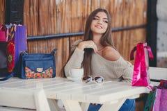 Mulher encantador em um café para uma xícara de café Fotografia de Stock