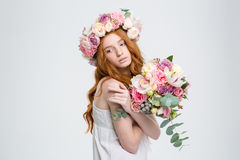 Mulher encantador macia na grinalda que levanta com o ramalhete das flores imagem de stock