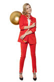 Mulher encantador que guarda a bola dourada grande da árvore Ano novo feliz Imagens de Stock Royalty Free