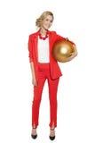 Mulher encantador que guarda a bola dourada grande da árvore Ano novo feliz Fotografia de Stock