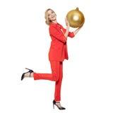 Mulher encantador que guarda a bola dourada grande da árvore Ano novo feliz Foto de Stock Royalty Free
