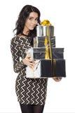 Mulher encantador que guarda presentes Ano novo feliz Case o Natal Imagem de Stock