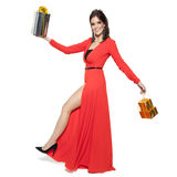 Mulher encantador que guarda presentes Ano novo feliz Case o Natal Mim Imagens de Stock Royalty Free
