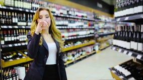 Mulher encantador que prova um vinho branco na loja de vinho video estoque