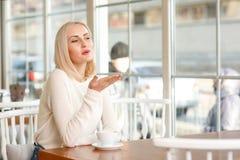 Mulher encantador que senta-se no café Imagem de Stock
