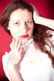 Mulher encantadora com bordos vermelhos fotografia de stock