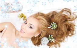 Mulher encantadora com esferas do Natal Foto de Stock