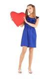 Mulher encantadora com o descanso heart-shaped vermelho fotografia de stock