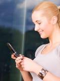 Mulher encantadora com telefone de pilha Fotos de Stock Royalty Free