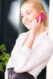 Mulher encantadora com telefone de pilha Imagens de Stock