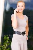 Mulher encantadora com telefone de pilha Imagens de Stock Royalty Free
