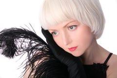 Mulher encantadora no estilo retro com pena preta fotografia de stock