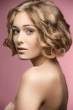 Mulher encaracolado com cabelo-corte do prumo fotografia de stock