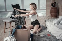 Mulher encaracolado com roupa de embalagem do cabelo curto do noivo ex imagens de stock royalty free