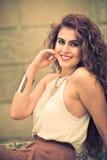 Mulher encaracolado nova de sorriso Sorriso feliz Foto de Stock Royalty Free