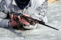 A mulher encontra-se na neve com braços Foto de Stock Royalty Free