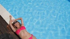 A mulher encontra-se na piscina da natação video estoque