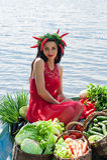 Mulher engraçada com vegetais em um barco Fotos de Stock Royalty Free