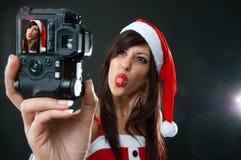 Mulher engraçada de Papai Noel com câmera Fotos de Stock