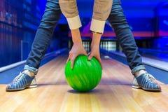 Novato que aponta aos pinos de bowling imagem de stock