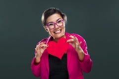 Mulher engraçada que guardara um coração imagens de stock