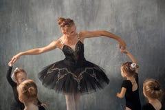 A mulher ensina meninas do bailado fotografia de stock royalty free
