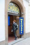 A mulher entra no escritório do curency do exchage fotos de stock royalty free
