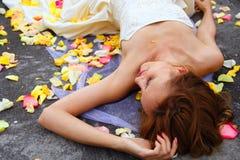 Mulher entre as pétalas das rosas imagens de stock royalty free
