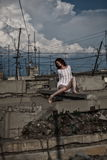 Mulher entre a deterioração urbana Imagens de Stock