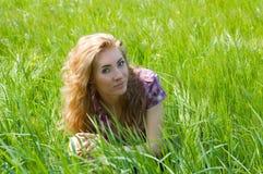 Mulher entre a grama verde Foto de Stock Royalty Free